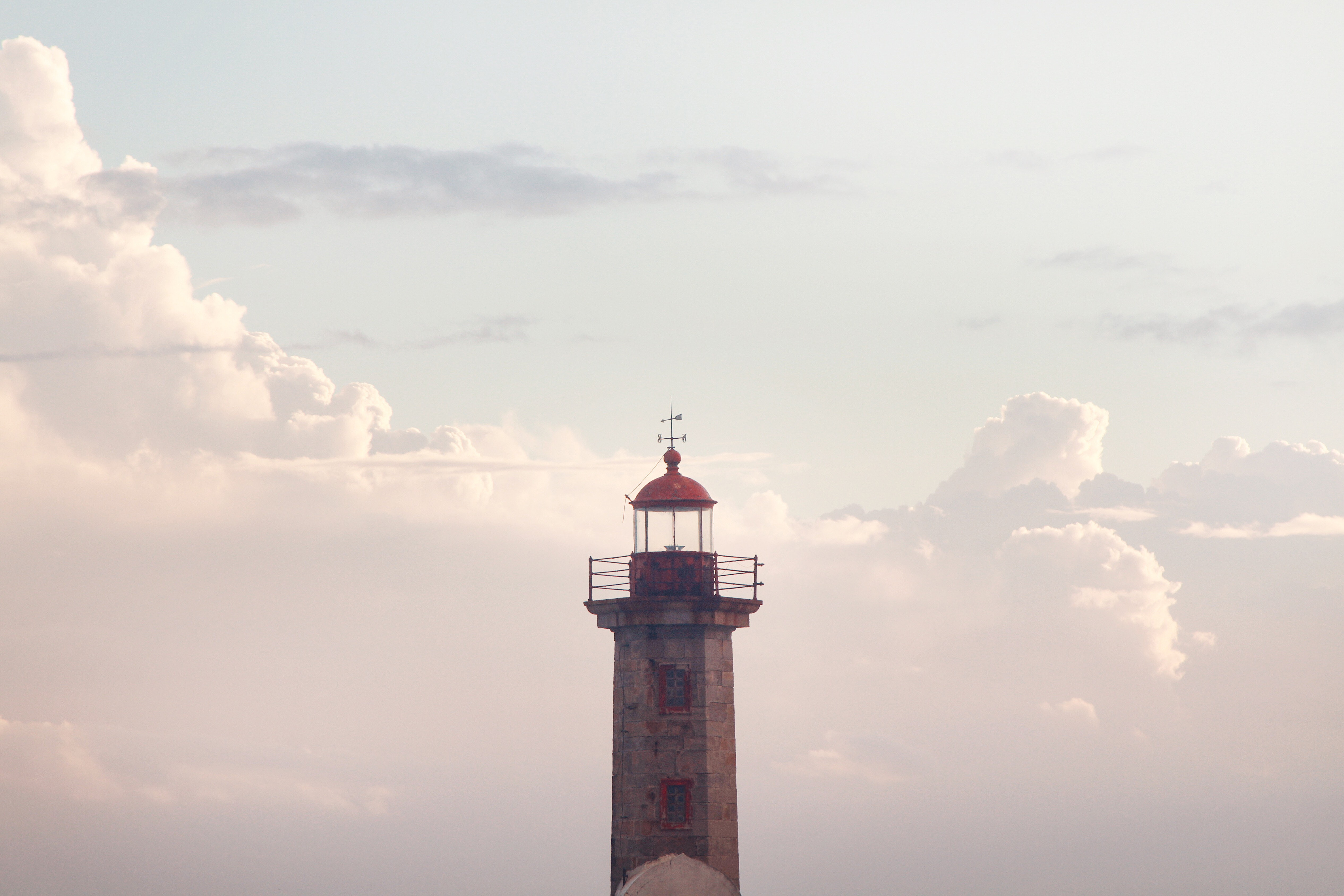 Selective focus photography of a lighthouse
